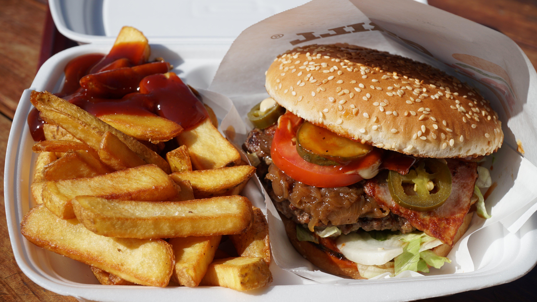 Barbecue Menu = BBQ Burger + steakové hranolky s pikantní omáčkou